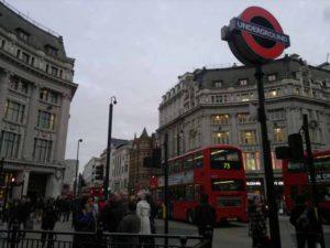 Si surriscalda un caricabatterie ed esplode, panico sulla metro a Londra