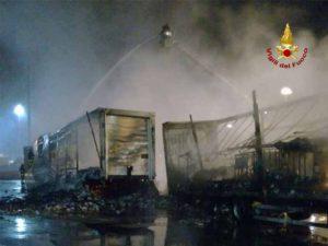 Ponte Somalia, ancora un rogo: nella notte in fiamme tre rimorchi