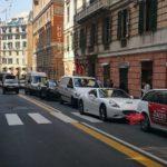 Ferrari bianca ferma per ore sulle strisce in via Roma a Genova