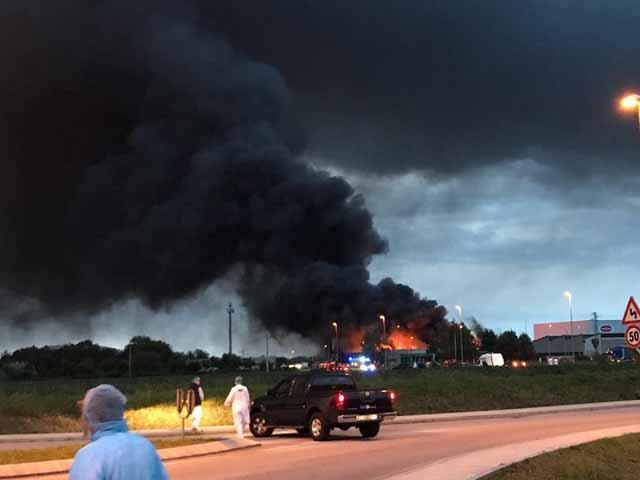 Pordenone, vasto incendio nell'azienda Roncadin: a fuoco 8mila mq