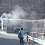 Autobus in fiamme sulle alture di Voltri