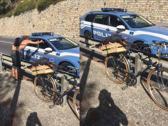 Imbocca l'autostrada con la bicicletta destinazione Roma, londinese aiutato dalla Stradale
