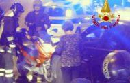 Genova - Scooter contro auto e conducente resta con il casco incastrato sotto la macchina