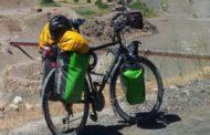 Gira il mondo in bicicletta, ma a Castel Volturno gliela rubano