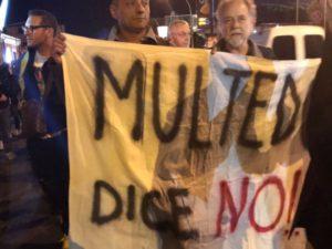 Migranti a Multedo, prosegue la protesta dei cittadini. Presidio davanti all'asilo e strada privata chiusa con la catena