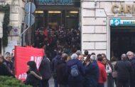 Banca Carige, dipendenti in sciopero. Presidio davanti alla sede di via XXV aprile