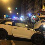 Grave incidente in corso Saffi a Genova, auto si ribalta e investe uno scooter