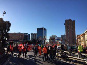 Sciopero edili autostradali, rimosso il blocco a Genova Ovest. Il lavoratori scrivono al Papa