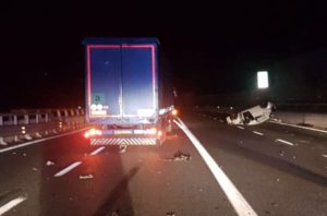 Auto contromano sulla A10, ancora grave il camionista colpito da infarto