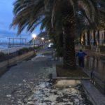 Arenzano – La mareggiata allaga il lungomare, sabbia sui marciapiedi