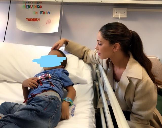 Belen in visita ai bambini dell'ospedale Gaslini