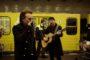Bono e The Edge, mini live a sorpresa sulla metro di Berlino