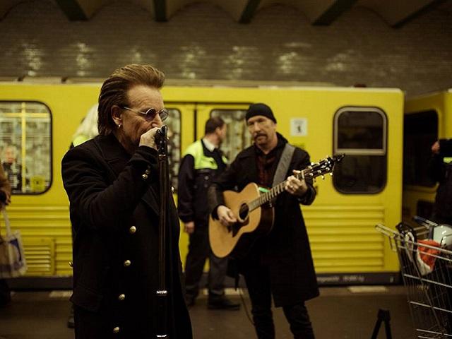 U2, show a sorpresa nella metro di Berlino