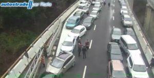 Maxi incidente sulla A26, si cerca il camionista