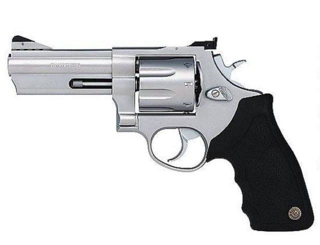 Genova Prà - Getta pistola e droga dalla finestra ma viene scoperto