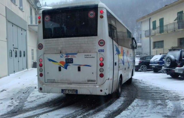 Neve a Genova, disagi sulle alture per autobus e auto bloccate
