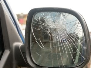 Castelletto, tentano la truffa dello specchietto: denunciati due giovani