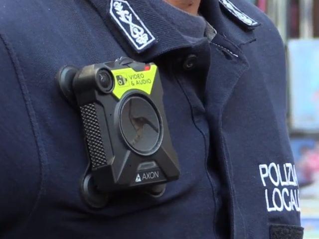 Castelletto - Sfreccia ai semafori rossi, inseguito dalla polizia locale, senza patente e su scooter sequestrato