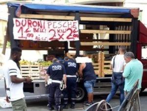Sampierdarena, fruttivendolo abusivo in via Pacinotti: merce sequestrata