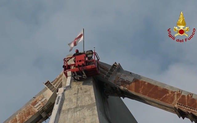 Ponte Morandi, Vigili del Fuoco tolgono la bandiera di Genova su richiesta del sindaco Bucci