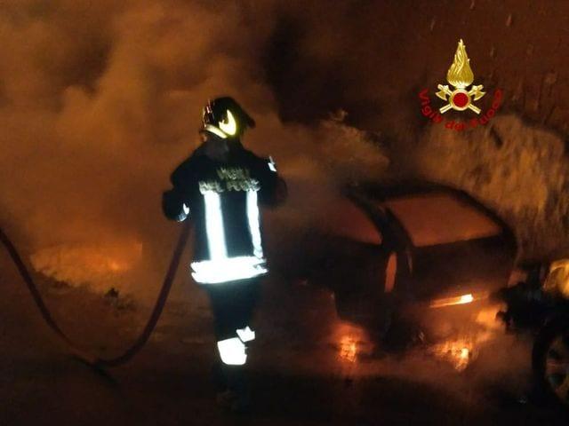 Genova Prà, auto in fiamme in via della Torrazza