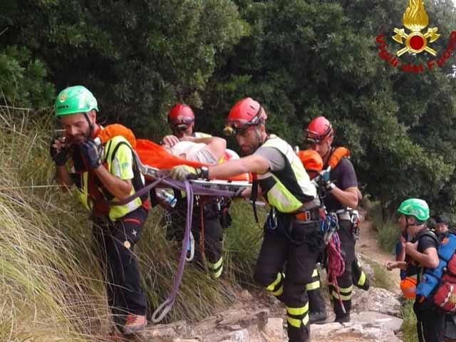 Cinque Terre - Vigili del fuoco salvano turista colpita da malore