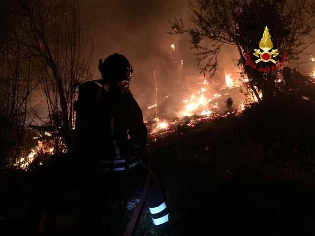 Incendio distrugge otto ettari di bosco in Val d'Aveto