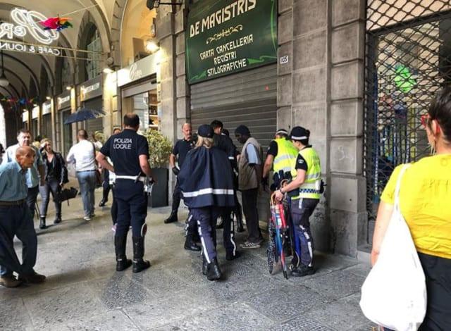 Rocambolesco inseguimento a De Ferrari, preso venditore di ombrelli