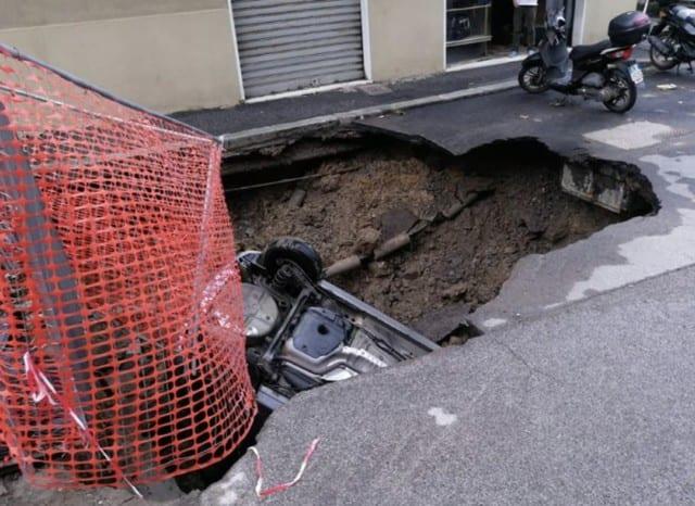 Auto inghiottita da voragine in via Berno, Comune eseguirà i lavori ma pagheranno i residenti