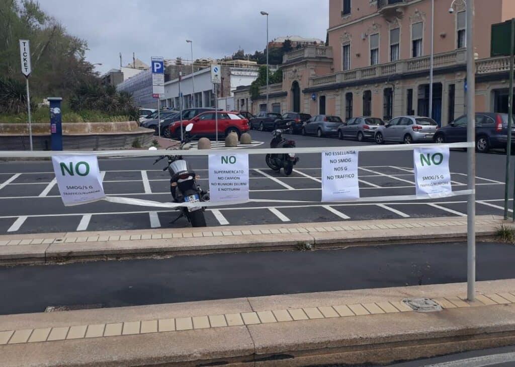 Esselunga protesta via Piave supermercato
