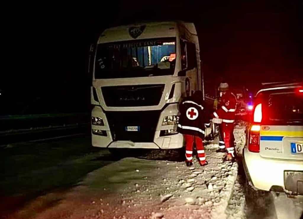 neve autostrada camion bloccati