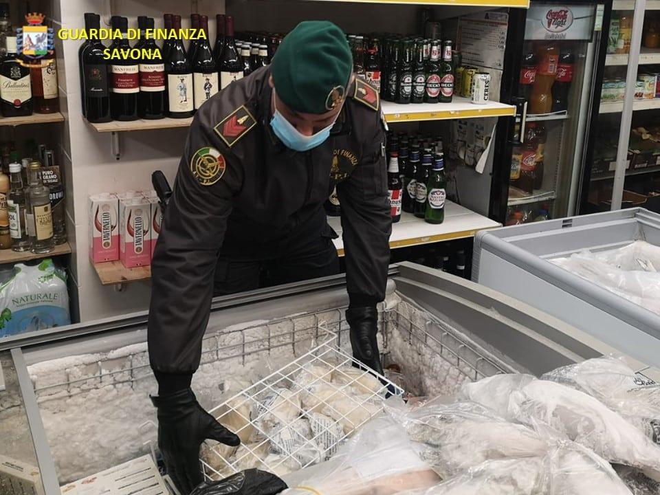 Guardia di Finanza cibo scaduto frigo market