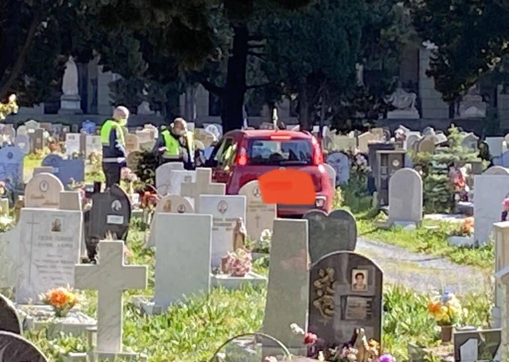 cimitero staglieno auto tra le tombe