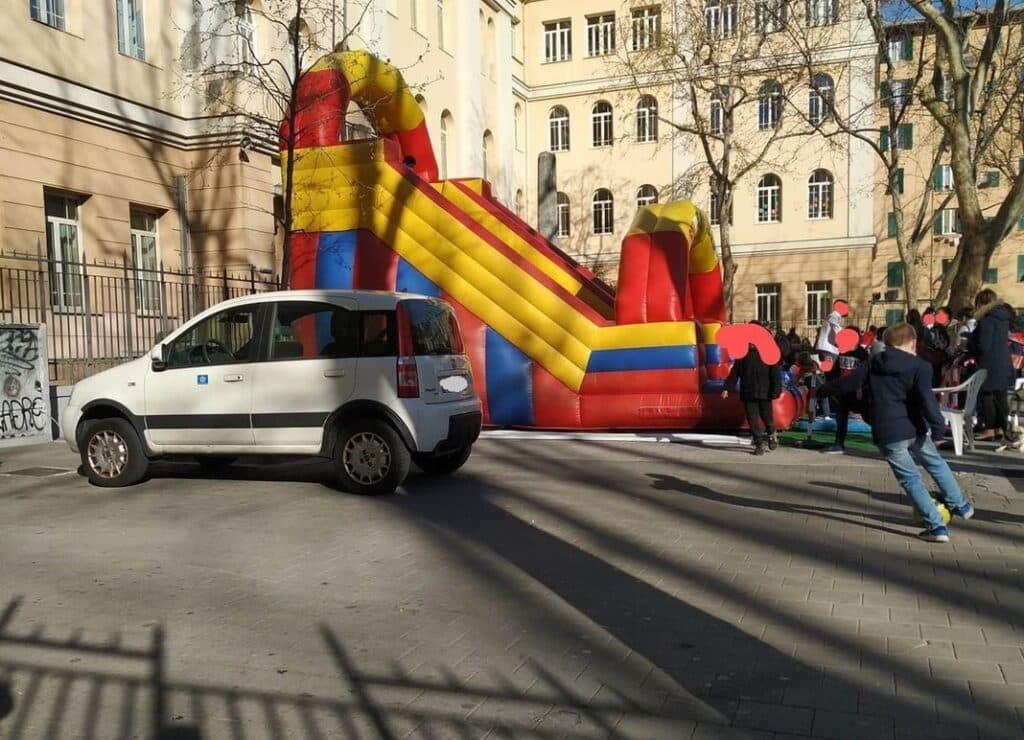 giardini Galileo Ferraris, auto posteggiata