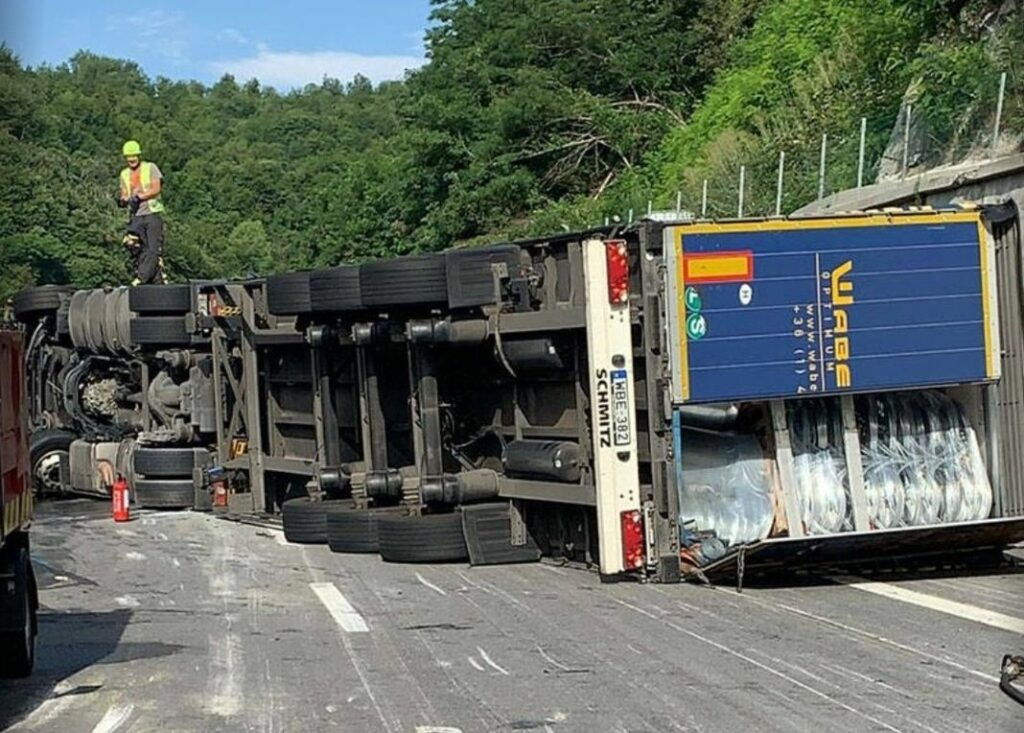 camion ribaltato A6